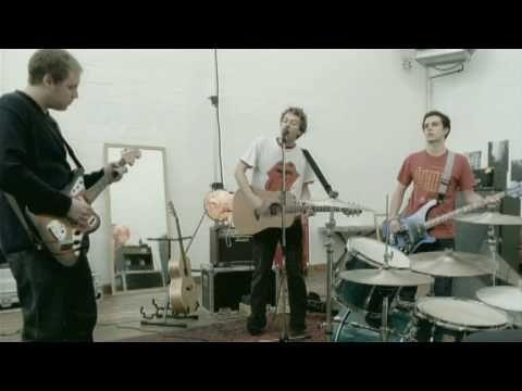 Coldplay - Shiver | http://pintubest.com    Mi vidaaa... Chris tenía solo un añito más que yo en este video <3 ¡Me da tanta ternura! :P