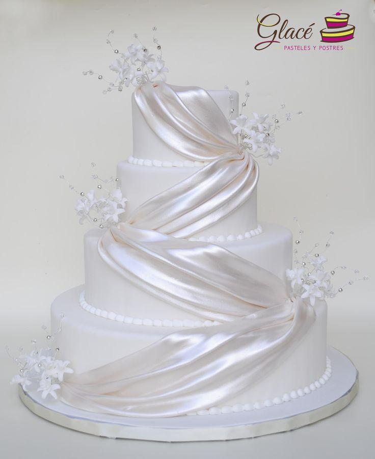 Pastel de Boda A Plus 1 Decorado con fondant, cristales y orquídeas de azúcar.