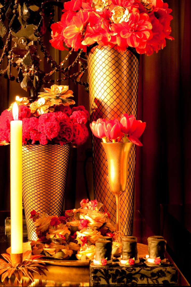 Moulin rouge party moulin rouge party pinterest - Flower Arrangemnts For A Moulin Rouge Party Paint Vases Gold And Cover With Fishnet Stockings