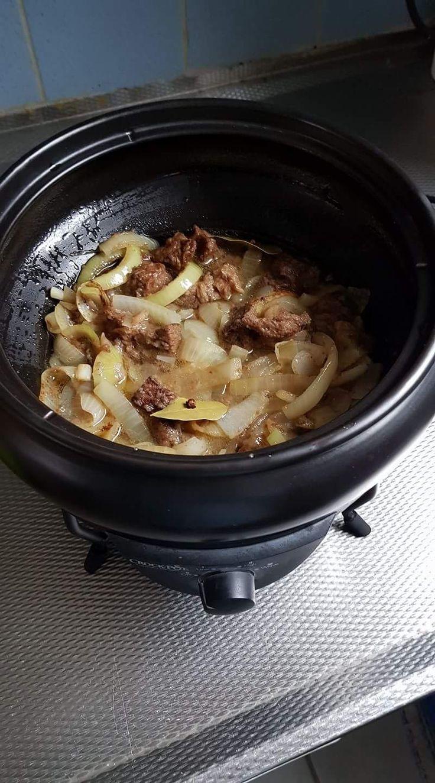 Recept van Nel van Cittert Hachee slow cooker  500 gr. hacheevlees of runderlappen (op kamertemperatuur)  500 gr. Uien  2 eetl Azijn  2 th l. suiker  2 eetl. bloem  4 dl. runderbouillon ( evt…