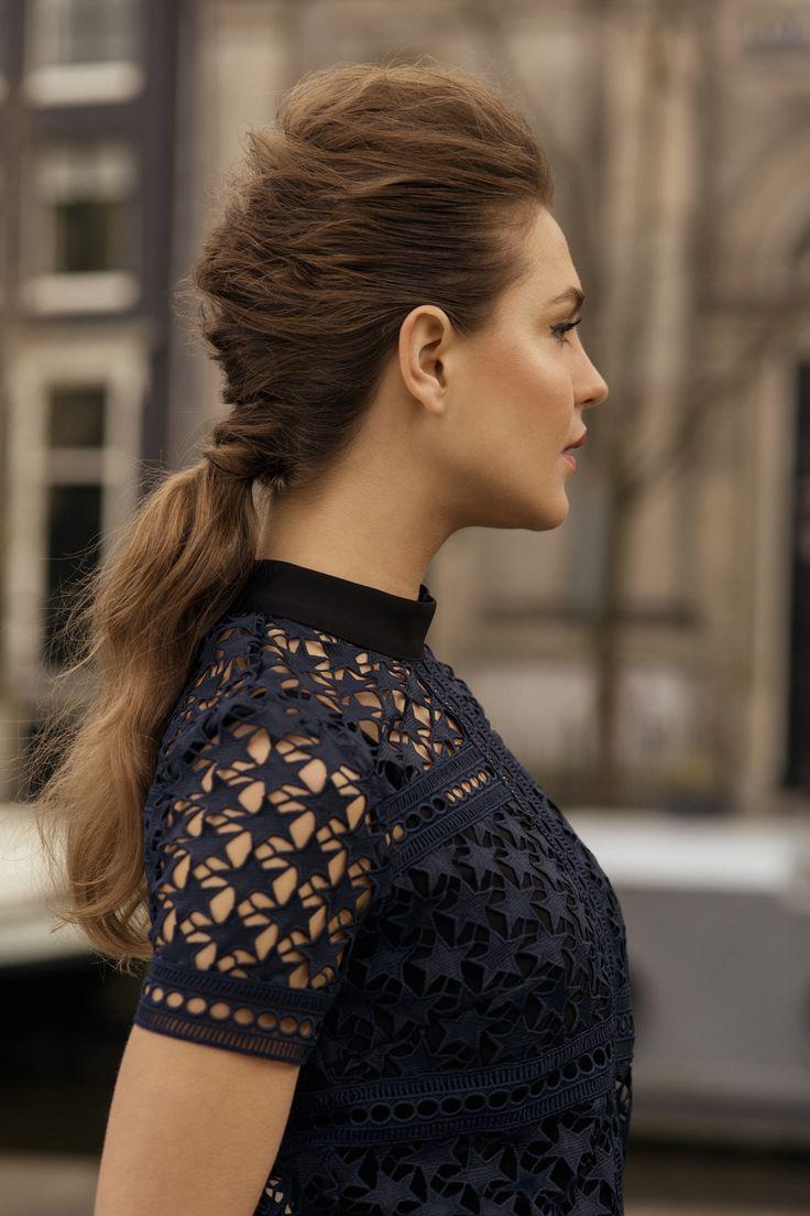 PARISIAN TWIST: Parijse vrouwen staan bekend om hun stijl, allure en geweldige kapsels. Met deze Parisian Twist word je van een gevlochten updo voorzien waarmee je niet onderdoet voor de echte Parisiennes.