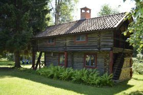 Liten mysig sommarstuga med båt  Loftstugan är en liten fin semesterstuga i Dalarnastil. Där finns i övere plan 2  sovrum ,en med 2 enkel sängar och en extra säng.  Nere finns vardagsrum , kök och dusch plus toa. I alla rum finns öppen spis.   Torsmo är i liten by i nära från Skattungbyn. Här finns Loftstugan och dina hyresvärdar som  hälsar dig varmt välkommen till den underbar semester i lugn och ro .  Stugan ligger bara 3 min promenadavstand till Skattungsjön med badplatsen.  Till ...