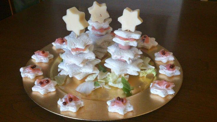 Alberelli natalizi semplici e raffinati, rendono la tavola festosa. Piacciono a tutti#pane da tramezzini#salse varie#natale#salmone affumicato#stelline