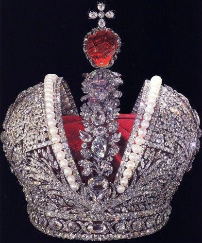 Couronne impériale, créée en 1762 par l'orfèvre suisse Jérémie Pauzié. Chef-d'œuvre de joaillerie, cette couronne servira au sacre de plusieurs empereurs. Le tsar Nicolas II sera le dernier à la porter.