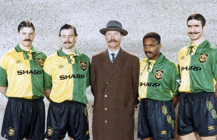 Lee Sharpe, Mark Hughes, Alex Ferguson, Paul Parker, Eric Cantona se ponen los colores del Newton Heath, precursor del Manchester Ud.