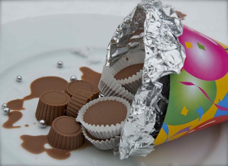 Domácí ledová čokoláda 200 g kvalitní hořké/mléčné/bílé čokolády 100 g kokosového oleje Čokoládu rozehříváme velmi pomalu a opatrně ve vodní lázni. Nesmí být moc horká, jen akorát do tekuta rozpuštěná. Vmícháme kokosový olej a čokoládu nalijeme d košíčků nebo formy na bonboniéru. Po ztuhnutí vyklopíme a skladujeme v lednici. I když jsem četla, že největší efekt ledové čokolády je, když ji jíte za pokojové teploty. Vyzkoušejte..