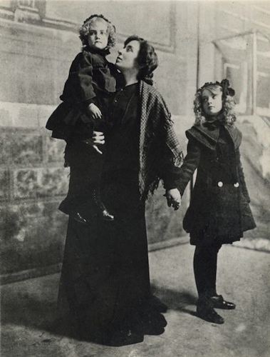 Dorothy (left) and Lillian (right) Gish with their mother Mary, circa 1900.