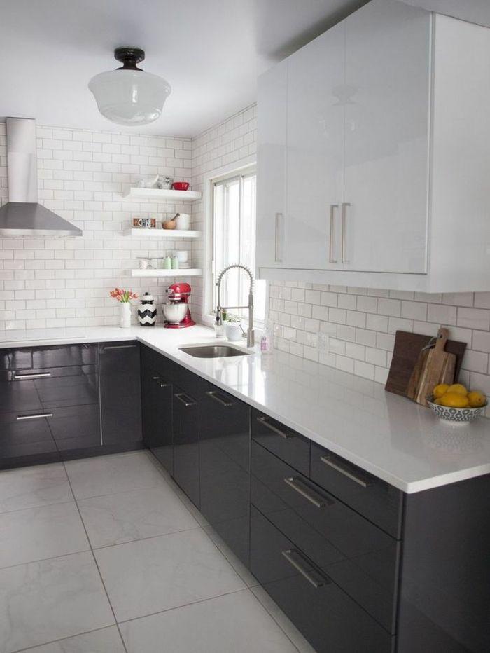 les meubles de cuisine laqués blancs pour la cuisine moderne avec carrelage blanc