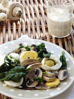 Insalata al vapore con spinaci, champignon e uova
