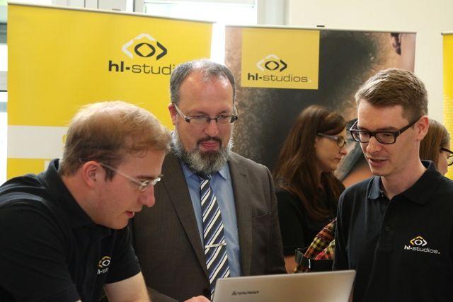 hl-studios präsentiert sich auf der Hochschulkontaktmesse der HS Ansbach   (Foto: © hl-studios, v. l.): Andreas Schulz (Film / hl-studios), Vizepräsident Prof. Sascha Müller-Feuerstein (HS Ansbach ) und Edgar Freund (3D / hl-studios)  #hlstudios #Kommunikation #Marketing #Werbung  #hsansbach