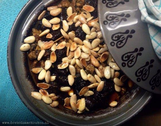 Tajine, een echt traditioneel Marokkaans gerecht: lamsschouder met pruimen en amandelen.