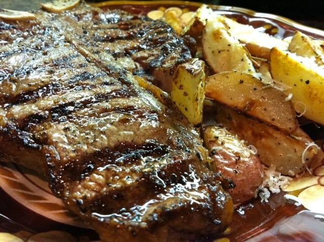 Bistecca con insalata: ottima idea per un pranzo o una cena veloce ma di gran gusto se sceglierete carne di buona qualità.