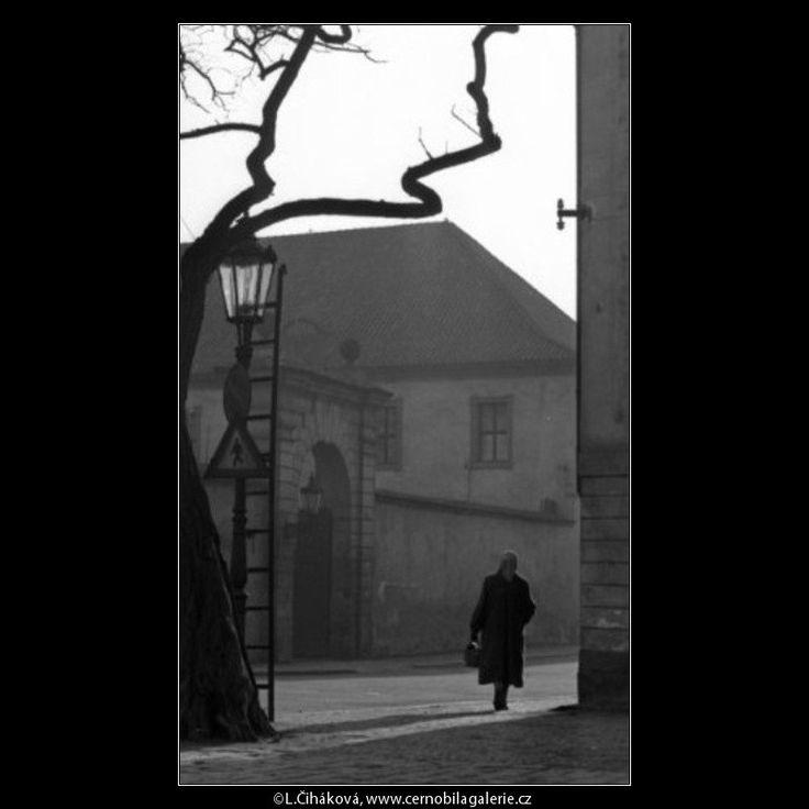 Na rohu (1464-2) • Praha, 1962 • | černobílá fotografie, zimní ráno, roh Valdštejnské ulice a Klárova, lampa, větve, světlo a stín |•|black and white photograph, Prague|