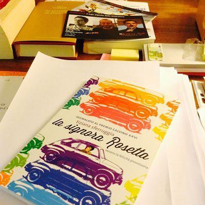 Alcuni libri arrivano a noi grazie al passaparola. Se poi aggiungiamo una copertina coloratissima e molto accattivante, un titolo che attira e una buona immaginazione che ci fa andare oltre, si spiega come ci si possa tuffare a capofitto tra le pagine di un libro senza saperne nulla, senza sbirciare il risvolto e la quarta di copertina, senza essere preparati a ciò che troveremo. http://exlibris20102012.blogspot.it/2014/12/ultima-lettura-la-signora-rosetta.html