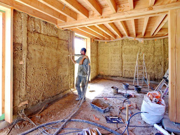 projection d 39 enduit terre crue sur bottes de paille lehmhaus cob house earth house erdhaus. Black Bedroom Furniture Sets. Home Design Ideas
