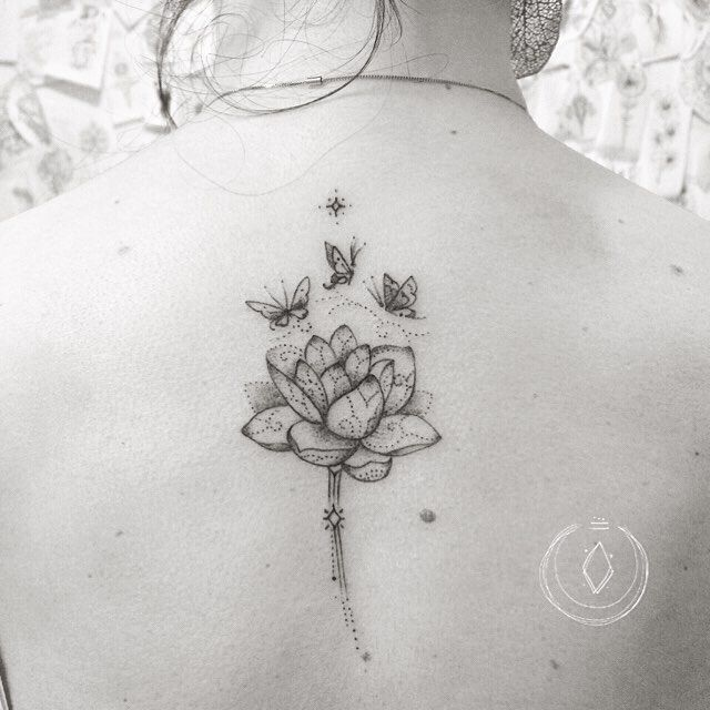 """Hoje foi dia de lótus, simbologia da pureza, por nascer no lodo e florescer sem se """"sujar"""" nele. A flor de lótus se recolhe nas profundezas da água a cada noite, voltando à superfície quando renasce o sol. As borboletas sobrevoando e cheirando a flor, representam leveza, transformação e os 3 filhos lindos de Fê. ¥ Today was a lotus day. In Its purity symbology, this flower blossoms in the mud and flourish without getting """"dirty"""" by it. This flower also deepens in the depths of the water…"""