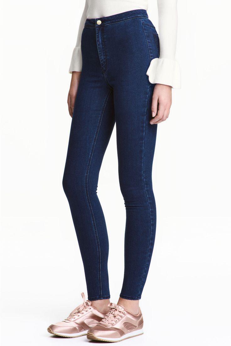 Spodnie z bardzo elastycznego, spranego diagonalu. Wąskie nogawki, wysoka talia. Rozporek na suwak i guzik.