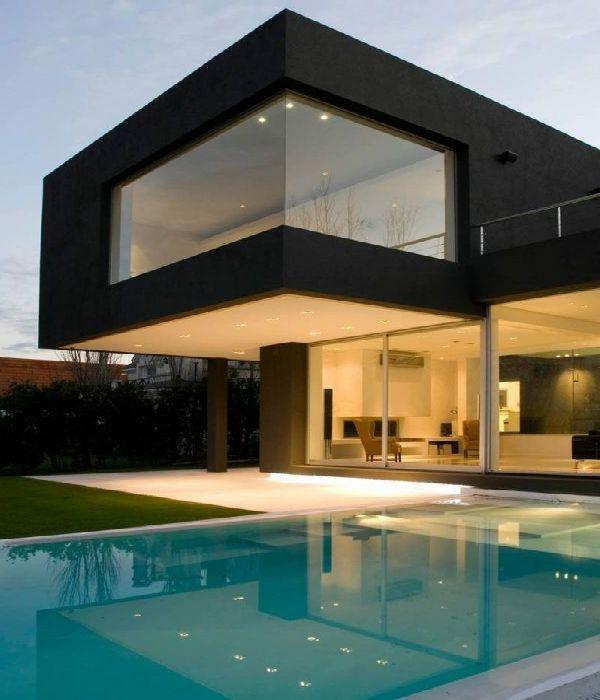 maison cubique et piscine hors sol rectangulaire
