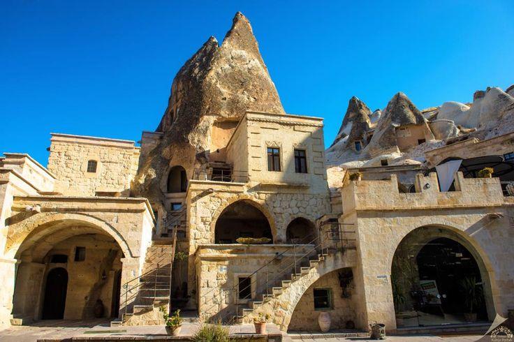 Kapadokya evleri/Nevşehir/// 19. Yüzyıl Kapadokya evleri yamaçlara, ya kayaların oyulması suretiyle ya da kesme taştan inşa edilmişlerdir. Bölgenin tek mimari malzemesi olan taş, yörenin volkanik yapısından dolayı ocaktan çıktığında yumuşak olduğundan çok rahat işlenebilmekte ancak hava ile temas ettikten sonra sertleşerek çok dayanıklı bir yapı malzemesine dönüşmektedir.