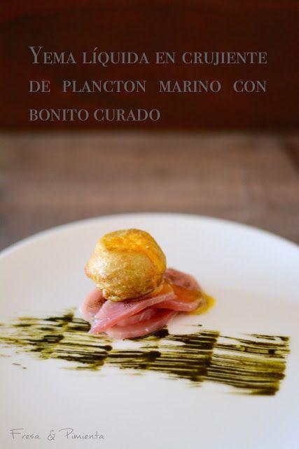 fresa & pimienta: Yema líquida en crujiente de Plancton Marino con bonito curado.