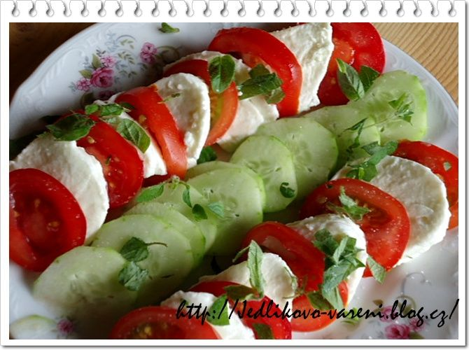 Jedlíkovo vaření: Salát caprese  #recipe #czech #okurka #rajce  #mozarella #caprese #salat