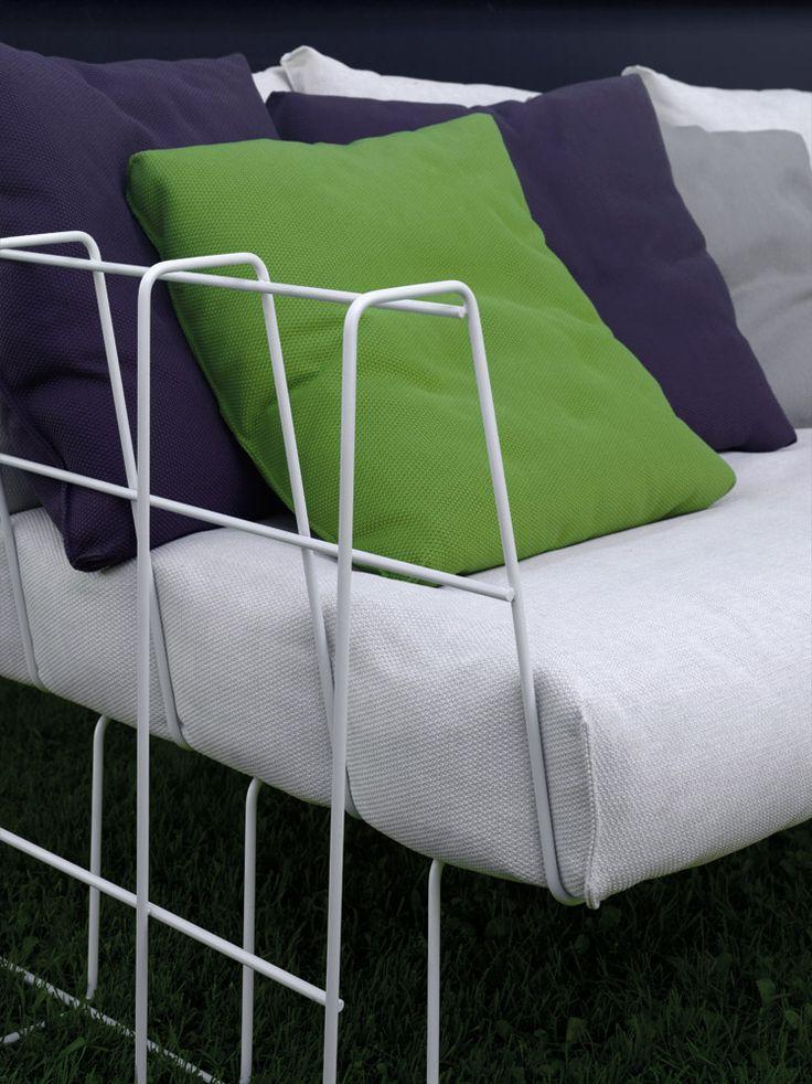 Le poltroncine da esterno stanno bene anche in salotto | Sedia da giardino Hoop di Living Divani | Design:  Arik Levy | #design #arredamento #sedute #esterno #outdoor #interiordesign #italiandesign |
