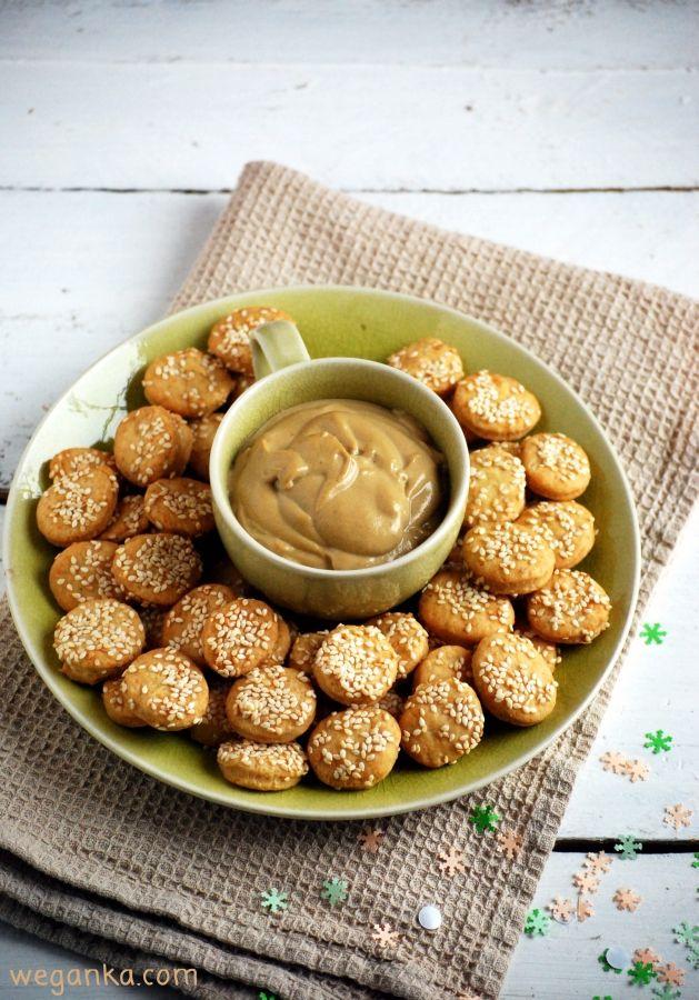Sezamowe krakersy z dipem tahinowo - musztardowym