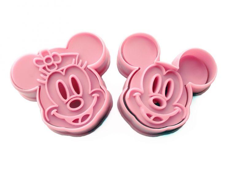 Stap 1: Maak het koekjesdeeg en pak de Mickey Mouse & Minnie Mouse cookie cutters | HuupHuup.nl