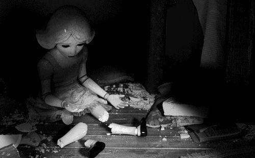 La poupée oubliéeTout au fond du grenierLa poupée oubliéeSe souvient d'autrefoisdu temps de la dînette,du temps de la toilette,du temps des amourettes….