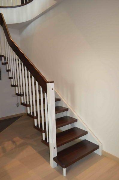 """Тетива лестницы буквально """"сливается"""" со стеной"""
