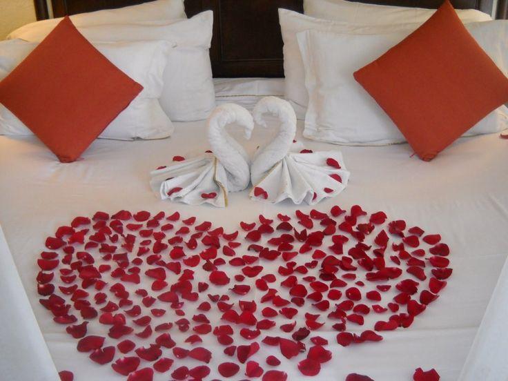 Sweet Honeymoon Bedroom Decorating Ideas With Roses Heart
