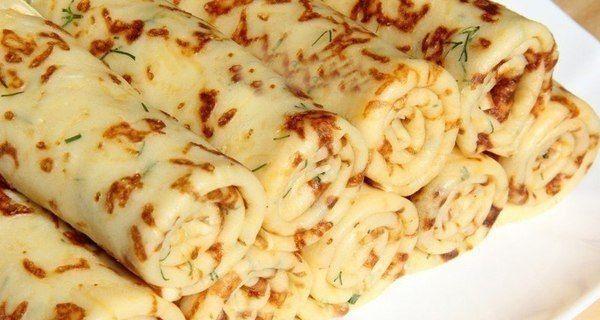 Palačinky nemusíte vždy servírovat je tím známým způsobem, kterým je sladká varianta. Palačinky potřené domácí marmeládou a zasněžené moučkovým cukrem jsou také lahodné. Ne vždy Vám ale sladký oběd či večeře může vyhovovat. Proto s námi zkuste sýrové palačinky, na které se sbíhají sliny už při samotné přípravě. Lahodná vůně strouhaného sýra Vás sama bude