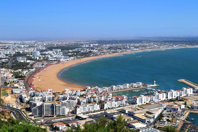 location de voiture Avec ses boulevards bordés de palmiers et ses bars sur le front de mer, Agadir, 1ère station balnéaire du Maroc, possède une atmosphère décidément très occidentale. Son climat exceptionnel, plus de 300 jours de soleil par an