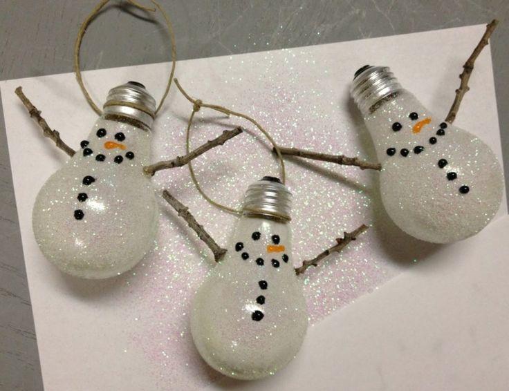de vieilles ampoules décorées de poudre de paillettes et de brindilles et transformées en suspensions de sapin