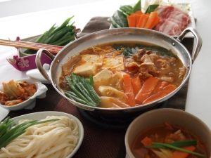 楽天が運営する楽天レシピ。ユーザーさんが投稿した「キムチ鍋」のレシピページです。具材から出たさまざまなエキスをたっぷり含んだスープは栄養満点だよ。健康や美容のためにも、残さずおいしく食べたいっ!。白菜キムチ,豚バラ薄切り肉,長ねぎ,大豆もやし,にんじん,ほうれん草,ニラ,木綿豆腐,ごま油,コチュジャン