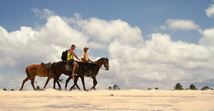 Considerado um dos melhores pontos do mundo para prática de kite e windsurf,  São Miguel do Gostoso oferece também passeios a cavalo nas praias da região