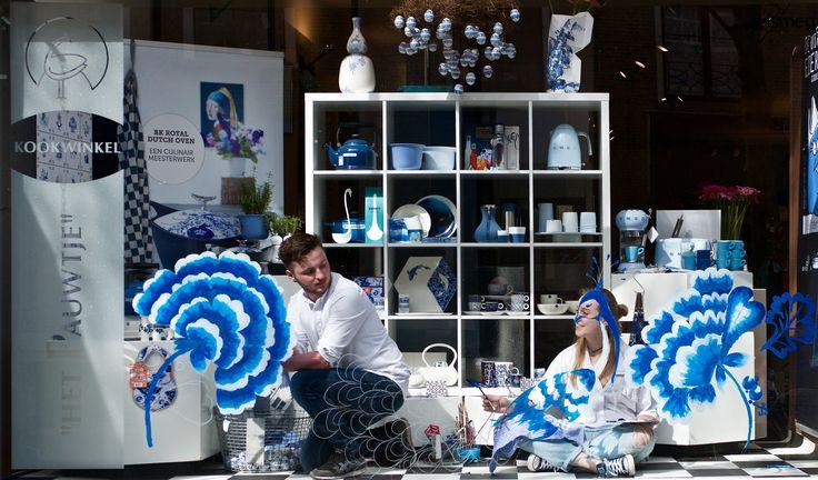Levende etalagedag Delft 2017, bloemrijk, Delftsblauw, pauw, toeristenseizoen.