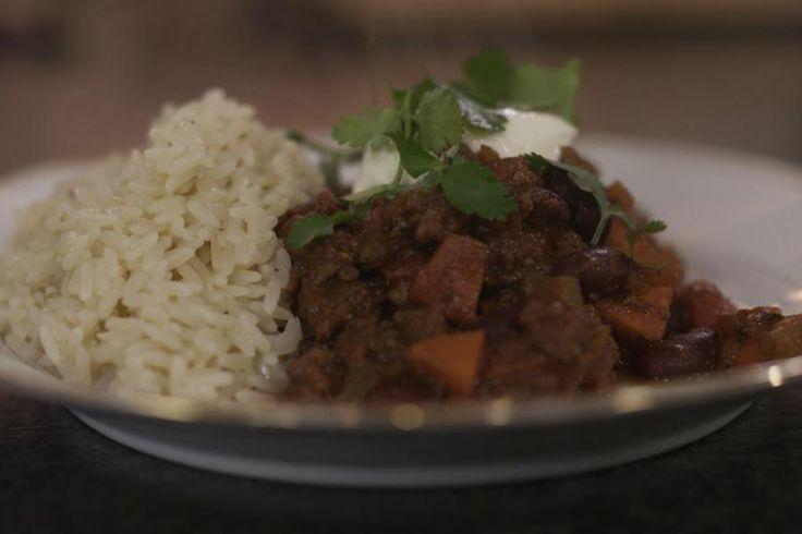 Onze kennis van de Tex-Mex-keuken (Texaans-Mexicaans) is wellicht niet bepaald groot, maar de beroemde stoofschotel 'chili con carne' veroverde wel de wereld. De bereiding is heel eenvoudig. Maar reken voldoende tijd om de stoofpot te laten sudderen, het resultaat wordt er alleen maar beter op. Serveer de 'chili con carne' met rijst en een flinke lepel frisse zure room.