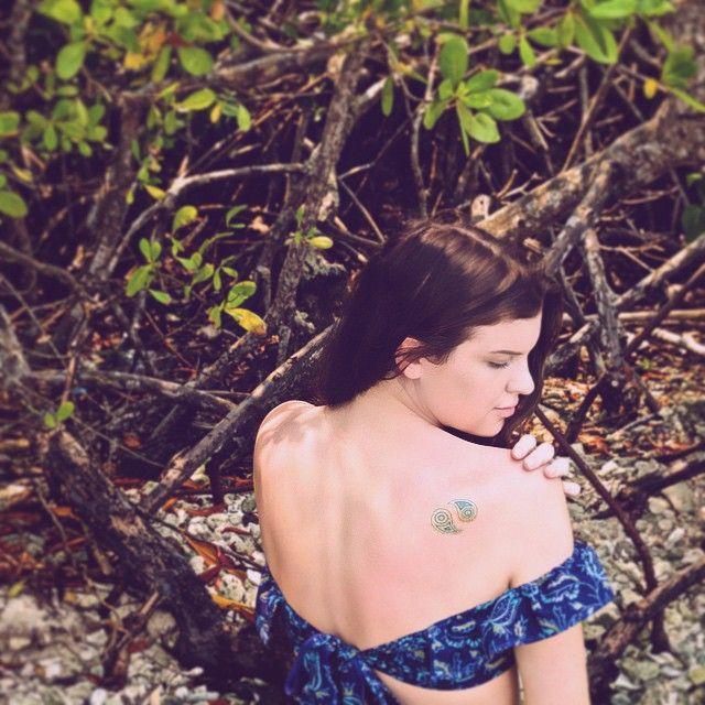 ☀️ top by @betweendreamsdesigns // metallic tattoo by the wonderful @balsam_and_vine // @elizadarbs // #betweendreams #betweendreamsxcaribbean #honduras #mahoganybay #bohomarks {instagram: @betweendreamsdesigns}