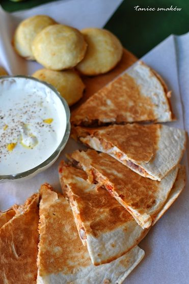 Empanadas z indykiem po meksykańsku  Ciasto (24 sztuki): 500g mąki 220g masła, lekko twarde pokrojone na kawałki 2 jajka 1 płaska łyżeczka soli 1 łyżeczka cukru 5 łyżek zimnej wody
