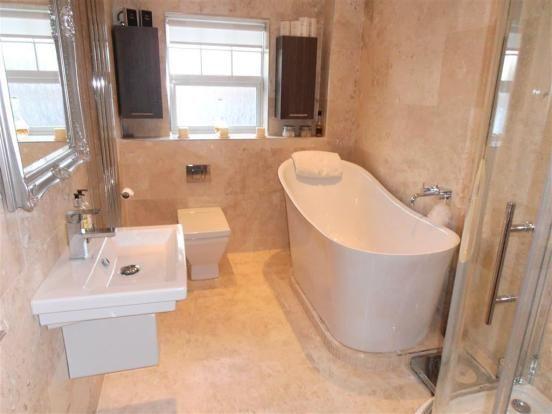 42 Kingfisher Close Family Bathroom