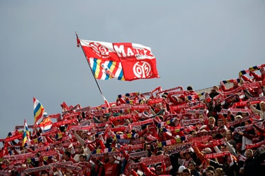 Fans of the soccer club 1. FSV Mainz 05 with flags. ©Landeshauptstadt Mainz