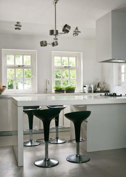 Witte keuken met ontbijtbar - Raw Interiors in Stijlvol Wonen