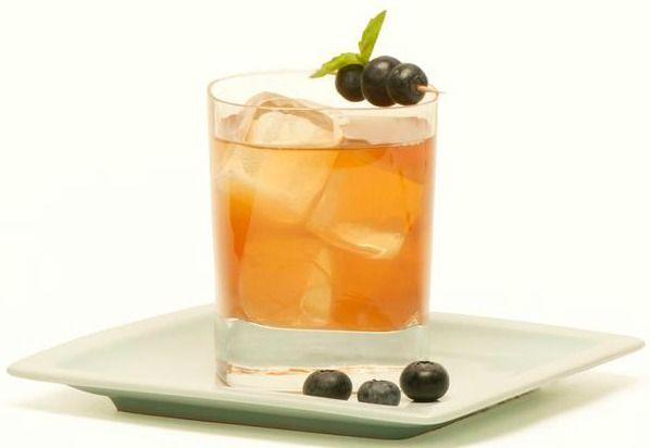 Peach Blueberry-Basil Iced Tea Recipe + Iced Tea and Food Pairings for Summer #e…