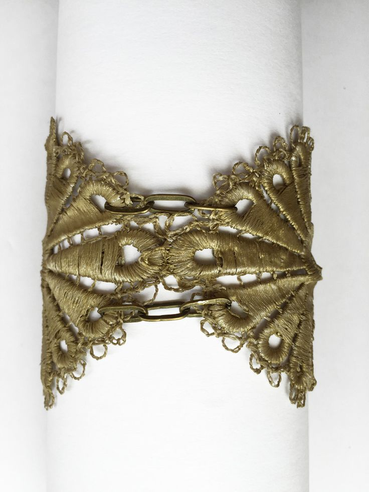Brazalete teñido en oro con original broche chapado en oro de 24k y arandelas de latón.