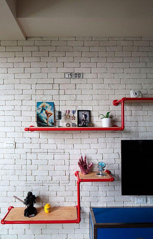 Apartamento juvenil y moderno: pared de ladrillo visto en el salón