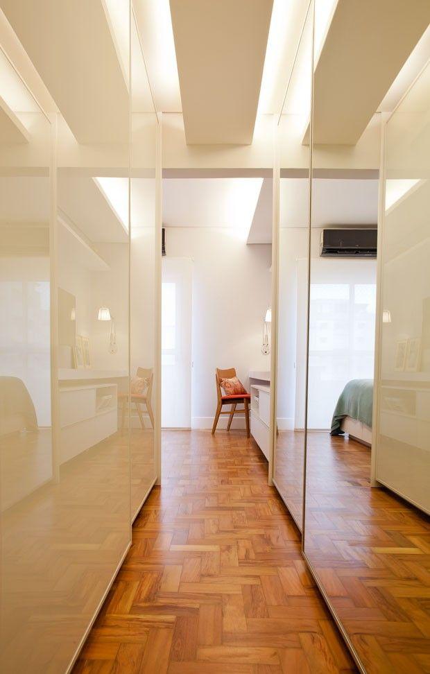 O corredor foi transformado em um closet amplo com portas em vidro laminado e espelhos (Foto: André Santana/Divulgação)