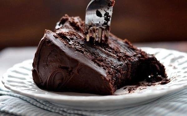 1. Десерт-мусс «Шоколадная маркиза» ИНГРЕДИЕНТЫ: ● 200 г сливочного масла, ● 150 г тертого шоколада, ● 5 яиц. ПРИГОТОВЛЕНИЕ: Выложить шоколад в миску и поставить ее на водяную баню, медленно нагревать – шоколад должен полностью растаять, добавляя масло по одному кубику, непрерывно взбивать шоколад с маслом, затем по одному вбить яичные желтки и перемешать все до однородности. Убрать с водяной