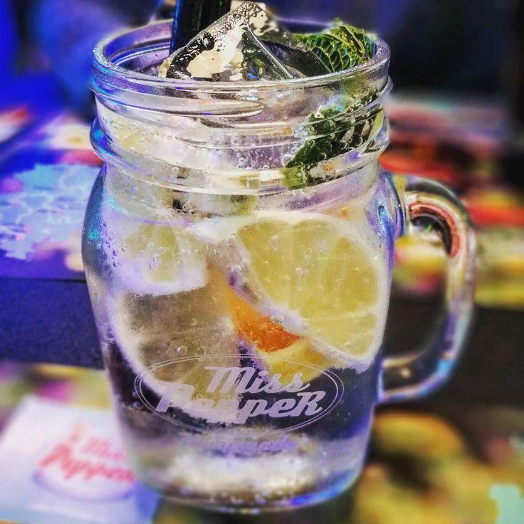 Lemonade by Mrs Pepper. Sensationell und mal was anderes als ein Softdrink!  #limette #orange #Zitrone #eis #erfrischung #gesund #lecker #burgerladen #glas #vintage #oldschool #mrspepper #blurry #strohhalm