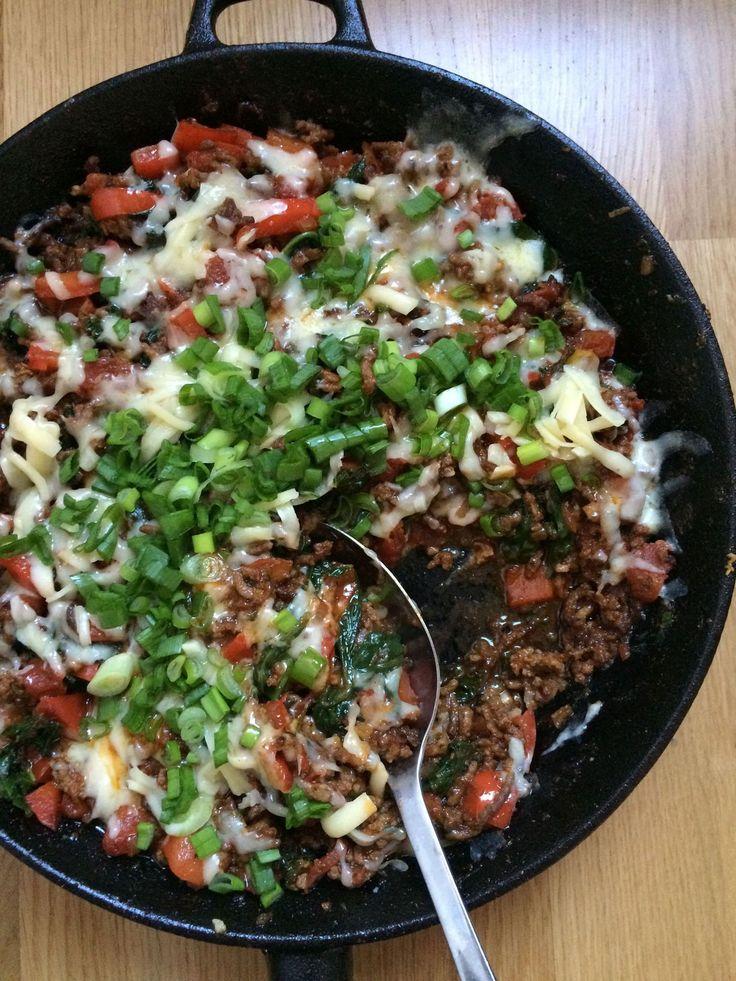 Mausteinen ja mehevä meksikolainen jauhelihapannu vaatii vain yhden astian, johon ruoka kypsennetään aineksia vuorotellen lisäämällä. Maukkaat ja ravinteikkaat vihreät, lehtikaali ja pinaatti, antavat jauheliheliharuokaan uutta potkua.